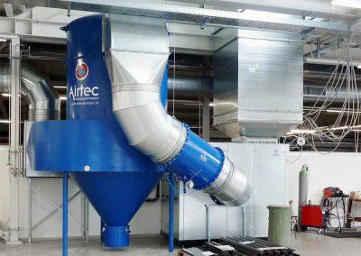 Absauganlage für Stahlbaubetrieb: Schweißrauch-Absaugung in Halle mit Filterzyklon, Radialventilator und Kulissenschalldämpfer